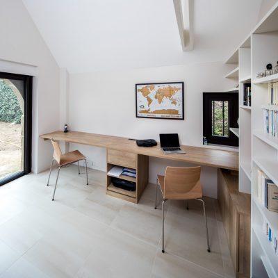 Bureau en bois avec rangements et bibliothèque
