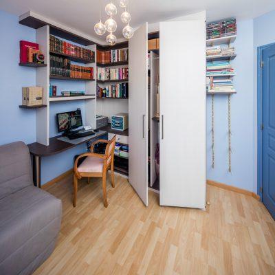Bureau d'angle en bois foncé et placard -version ouverte
