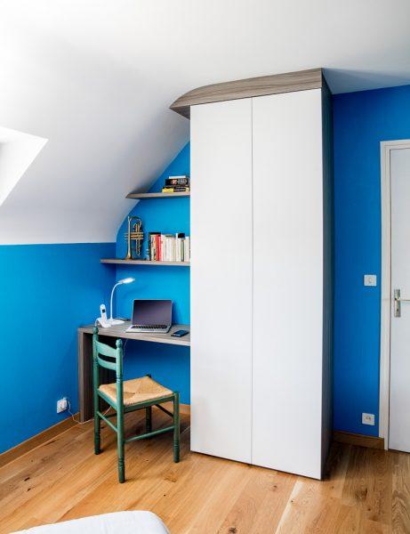 Bureau en bois foncé et placard sur-mesure -version fermée
