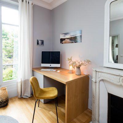 bureau avec 2 tiroirs en placage et mélaminé gris - version fermé