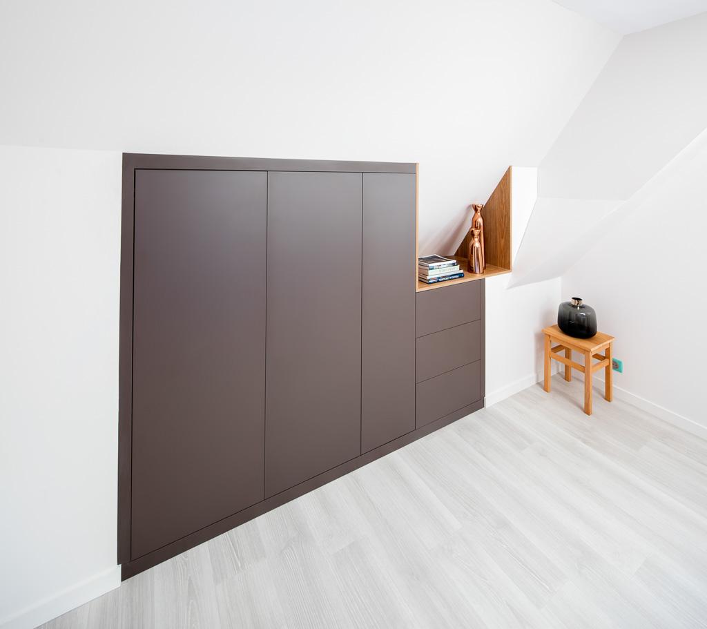 Placard en bois foncé en sous-pente -version fermée