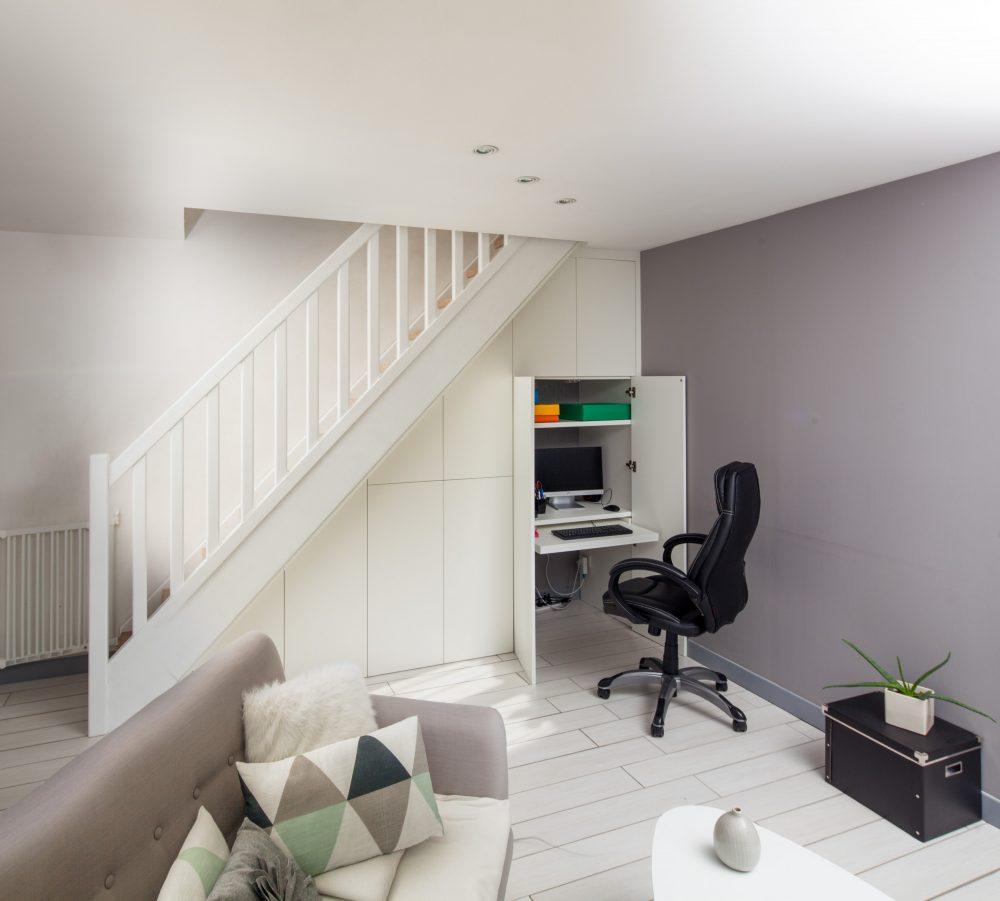 Sous-escalier avec placards blancs sur-mesure -version ouverte