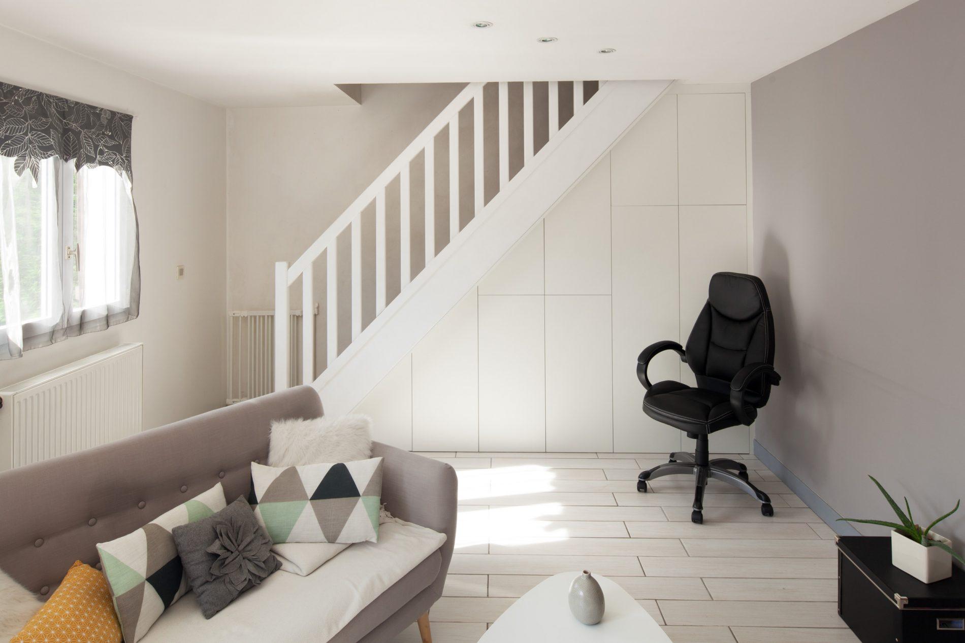 Sous-escalier avec placards blancs sur-mesure -version fermée