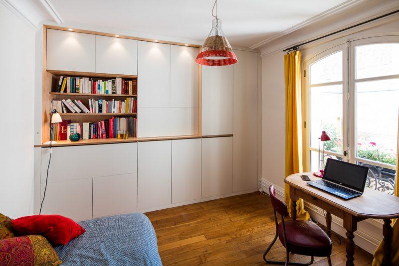 Placard blanc avec bibliothèque en bois clair -version fermée
