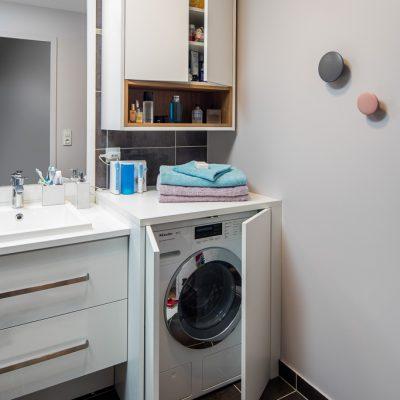 Placards blanc de salle de bain -version ouverte
