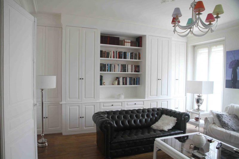 Bibliothèque avec placards en moulures blancs