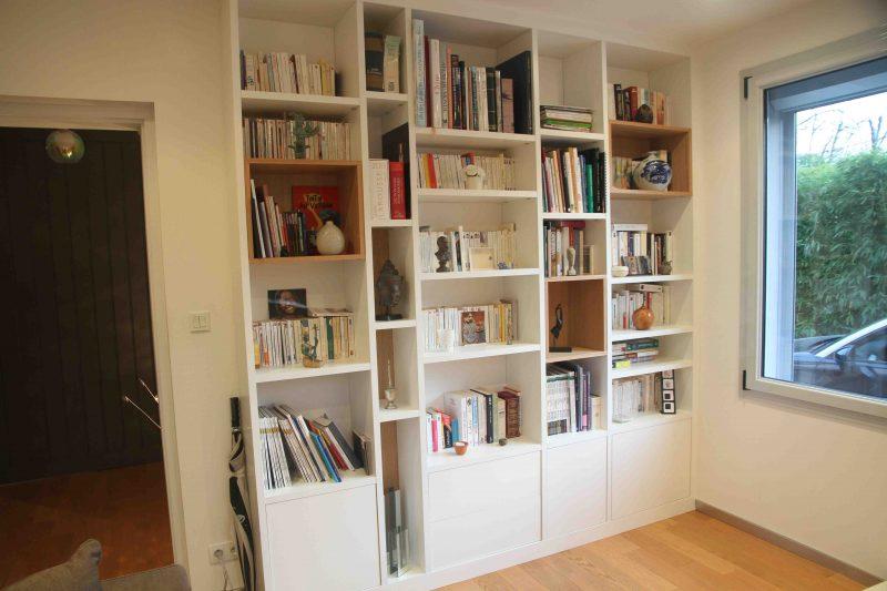 Bibliothèque aux niches en bois clair