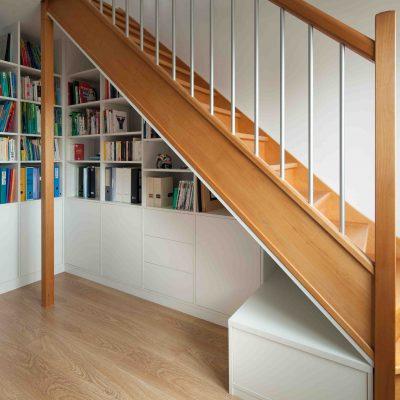 Bibliothèque blanche sous l'escalier