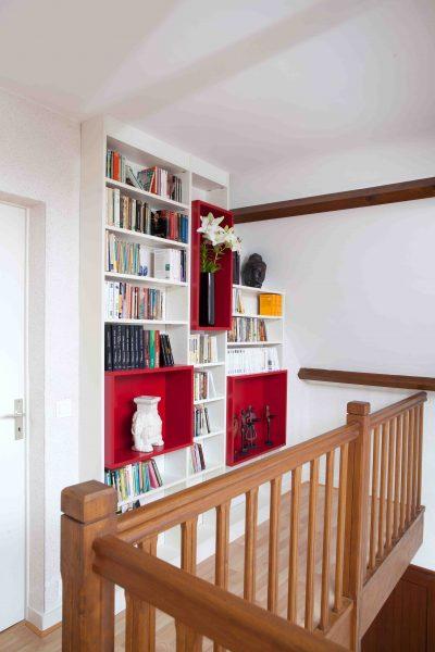 Bibliothèque blanche et rouge sur mezzazine