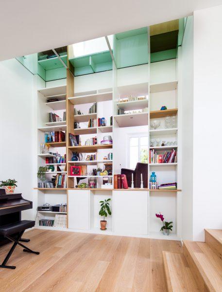 Bibliothèque blanche au design particulier