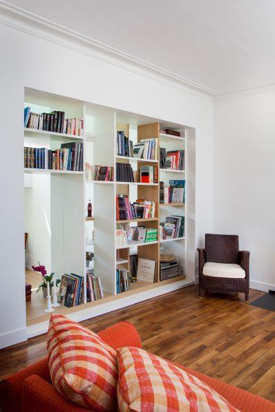 Bibliothèque ouverte sur le salon