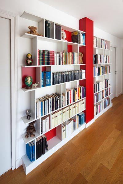 Bibliothèque aux couleurs vives