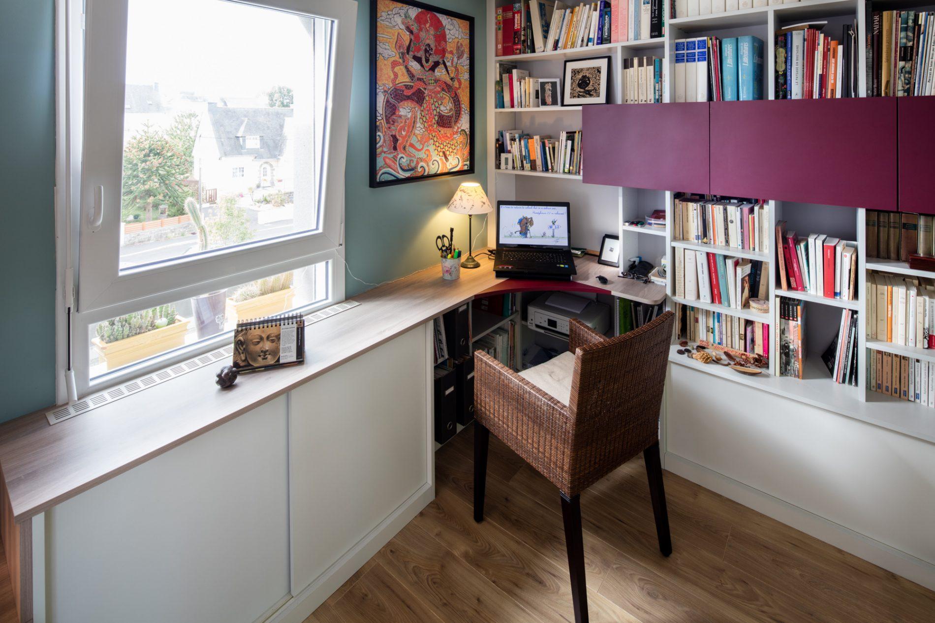 Bureau en bois clair avec placards et rangements