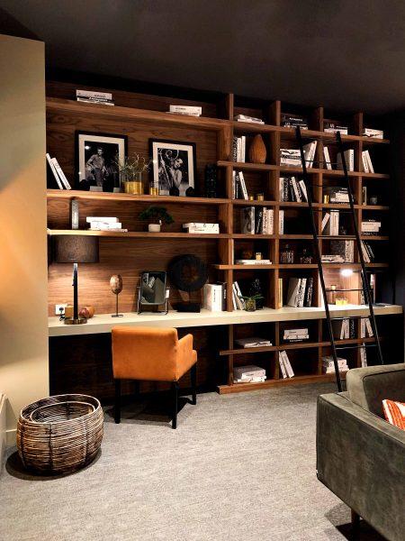 Bibliothèque sur-mesure avec bureau clair intégré