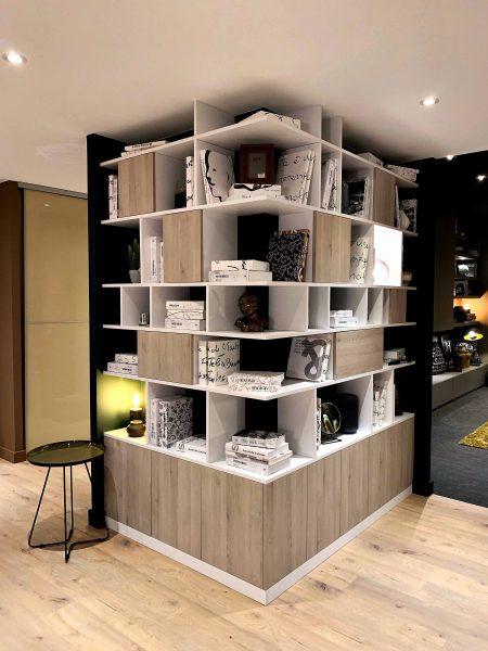 Bibliothèque d'angle en bois clair
