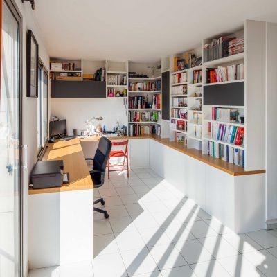 Bibliothèque et bureau blanc
