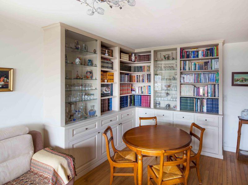 Bibliothèque avec vitrines sur-mesure