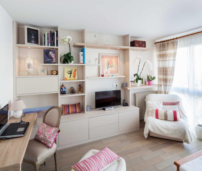 Bibliothèque rose poudrée et bureau en bois clair