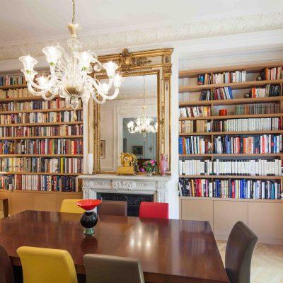 Bibliothèque séparée par une cheminée