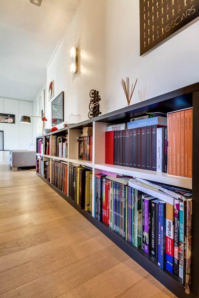 Bibliothèque basse foncée