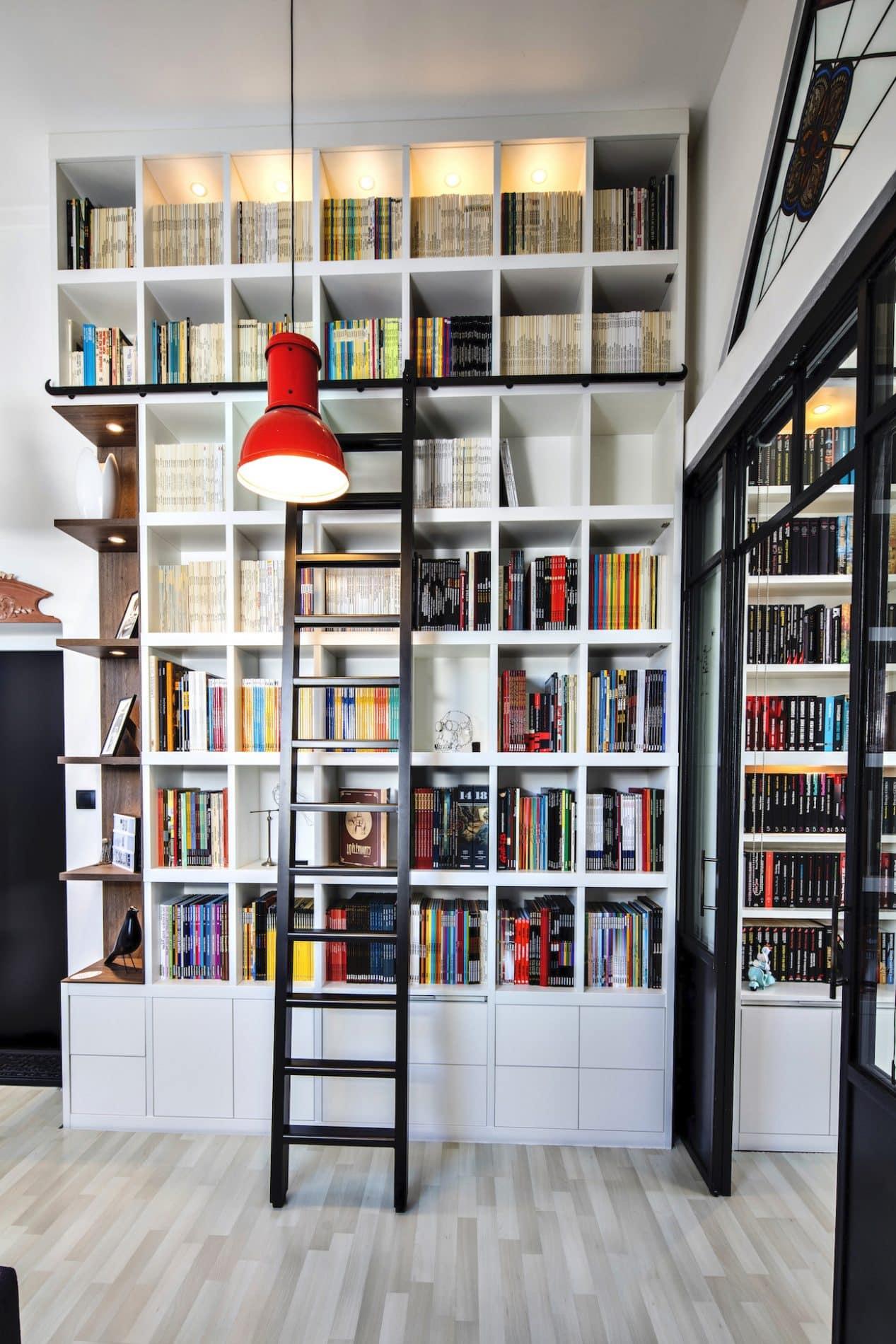 bibliothèque blanche et noyer avec une échelle vue de face