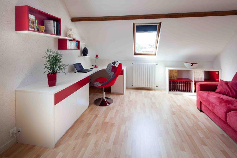 Bureau blanc et rouge avec meubles de rangements