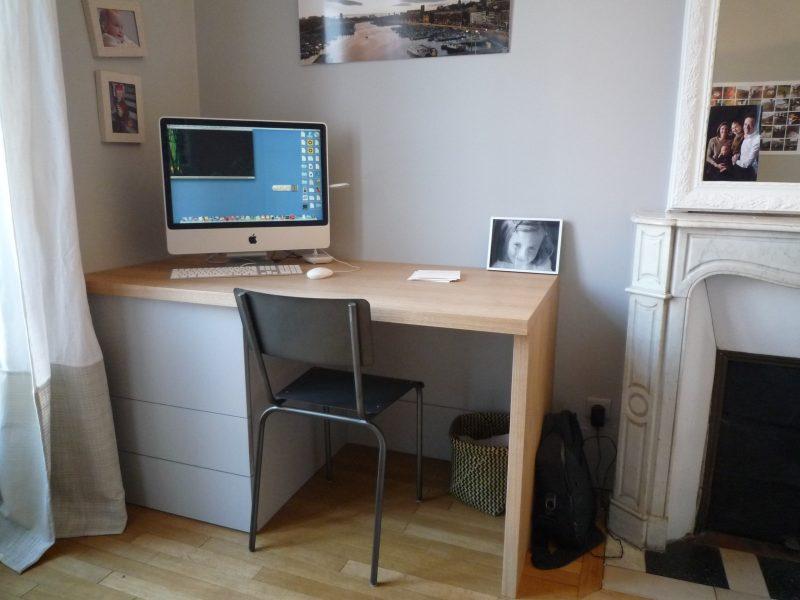 Bureau avec tiroirs gris clairs