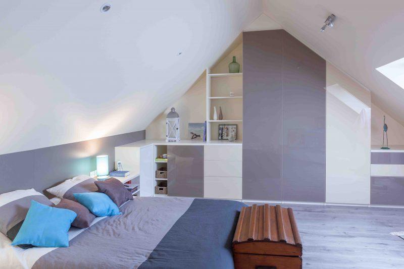 Chambre avec meubles et placards en sous-pente
