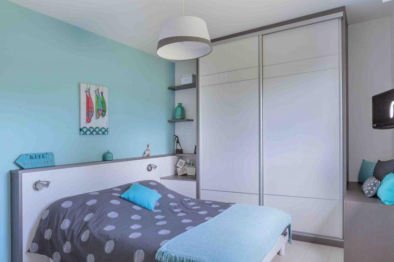 Chambre avec tête de lit et placard sur-mesure