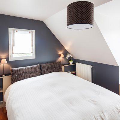 Tête de lit et table de chevet en bois clair
