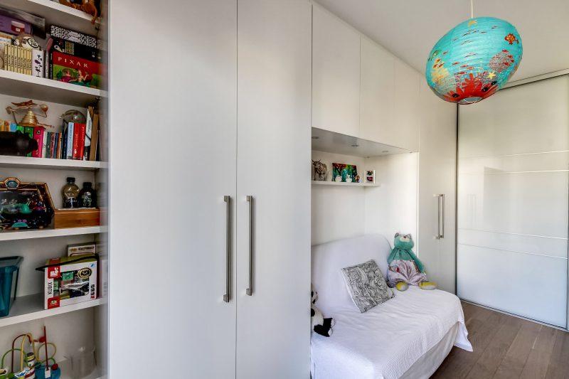Chambre aménagées de placards blancs design