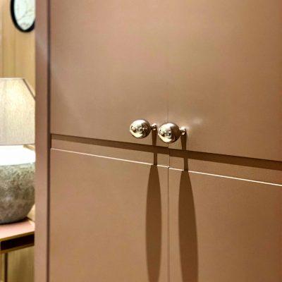 Bureau rose poudré aux portes ouvrantes