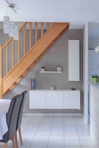 Placards blancs suspendus sous l'escalier