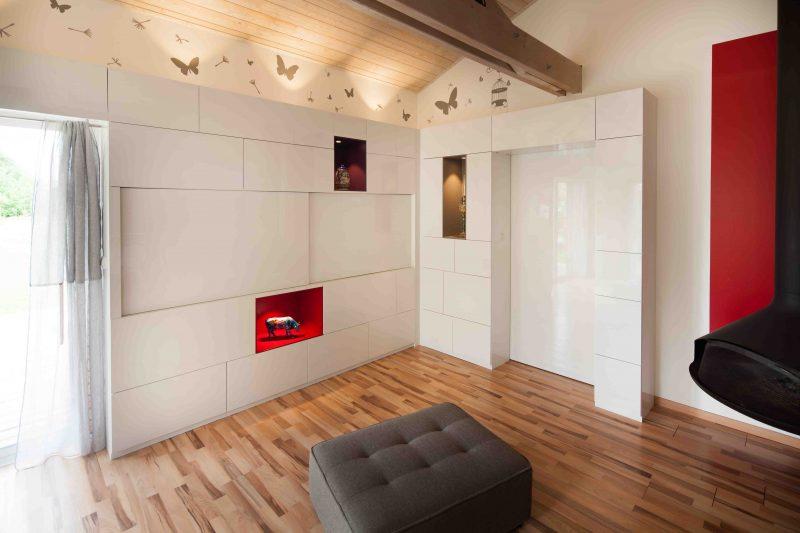 Salon avec placards blancs sur tout le mur