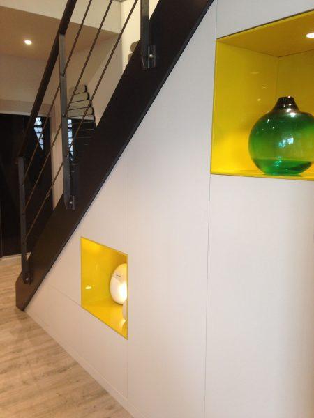 Sous-escalier avec niches décoratives