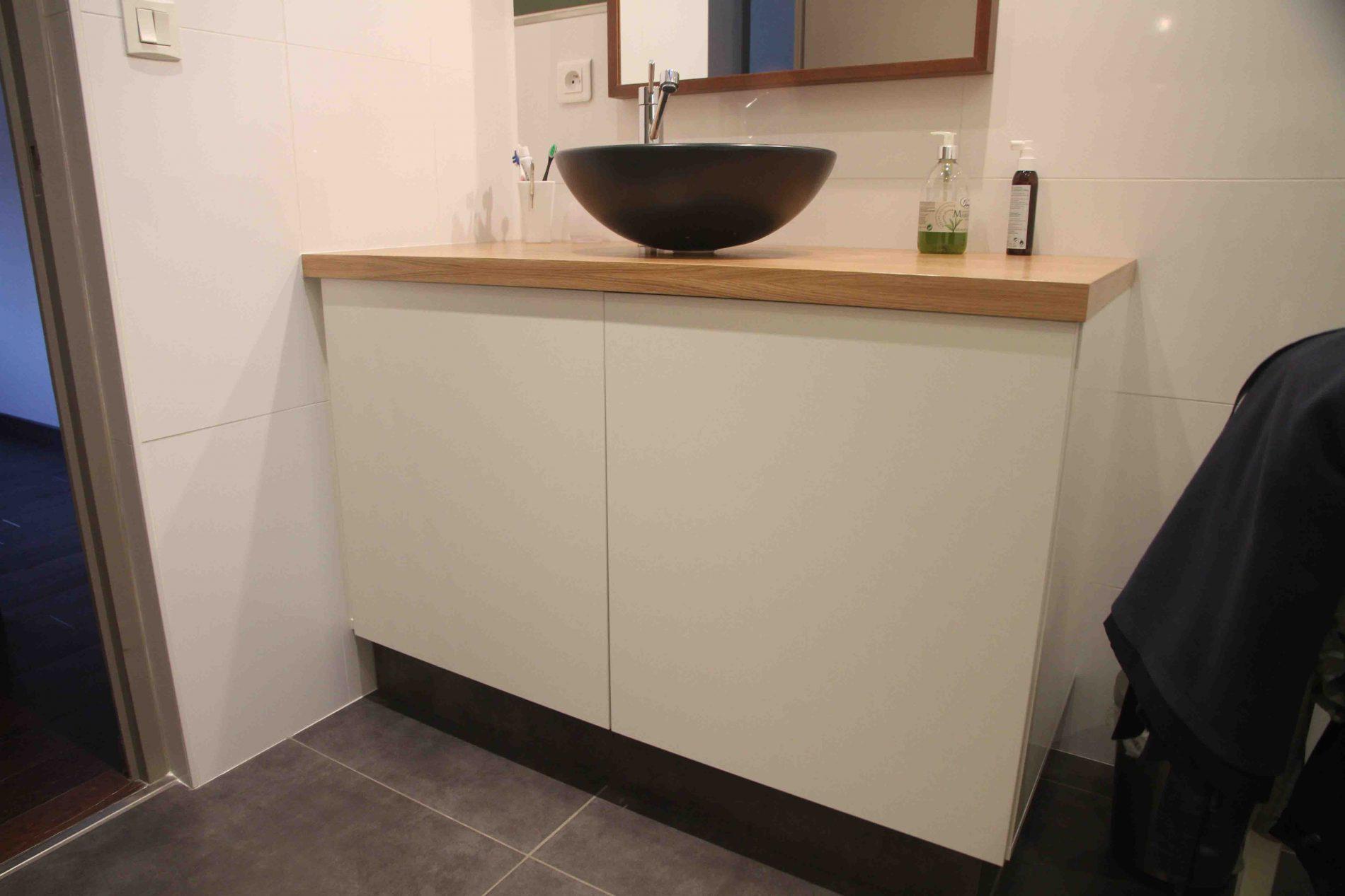 Meuble de salle de bain blanc et en bois clair