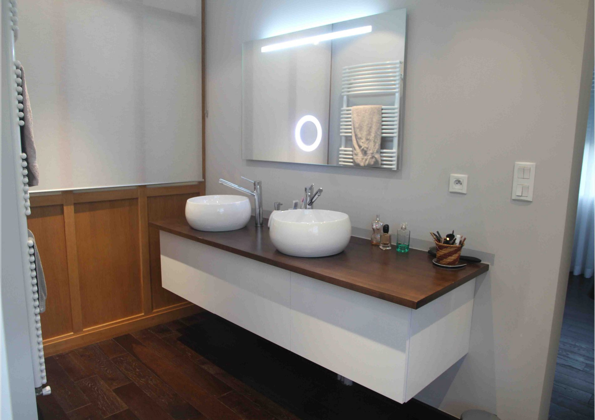 Meuble de salle de bain au support foncé