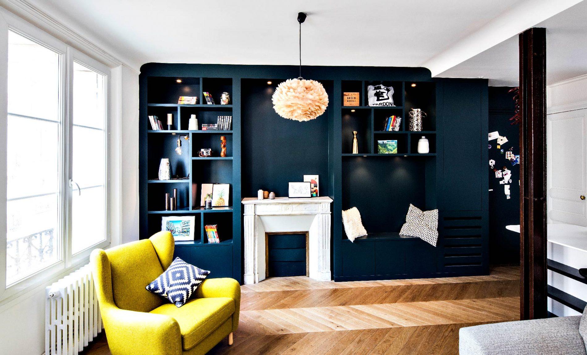 Etagères bleues autours d'une cheminée dans un appartement haussmannien
