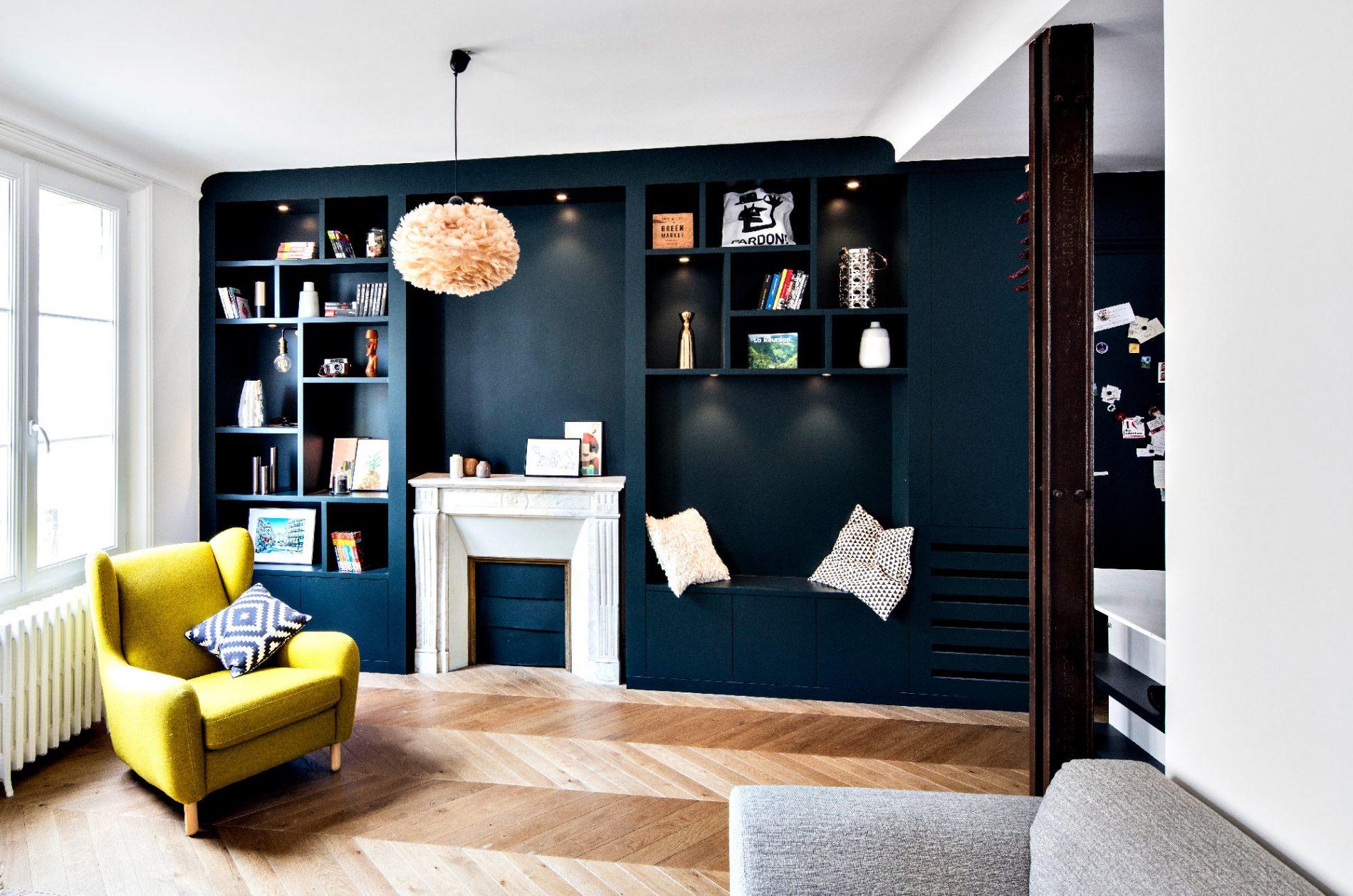 Etagères bleues autours d'une cheminée dans un appartement haussmannien - vue de côté