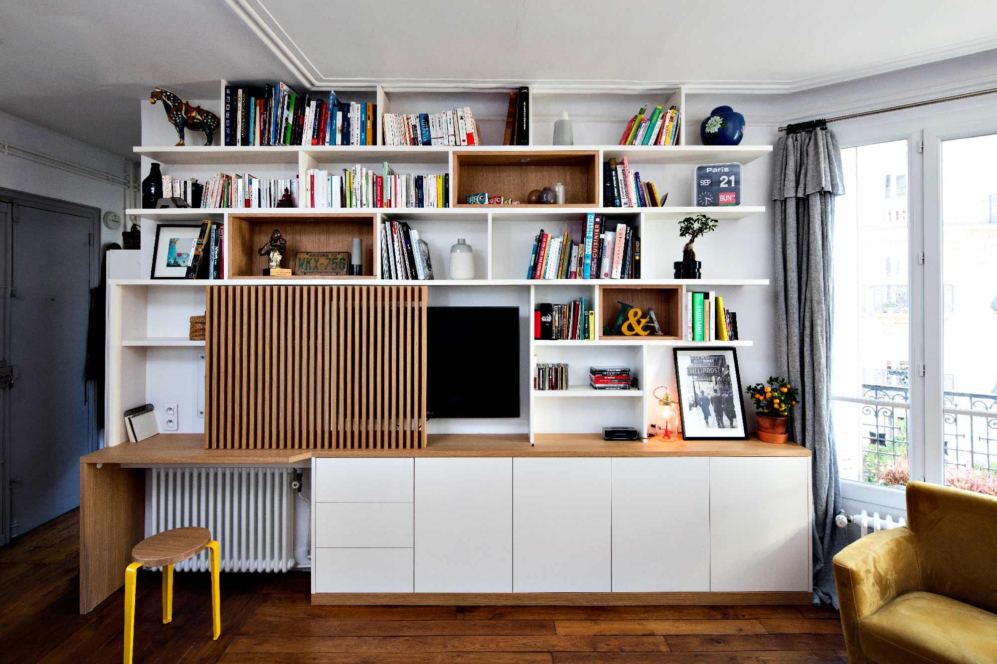 Bureau sur-mesure blanc et bois clair avec tasseaux sur coulisses