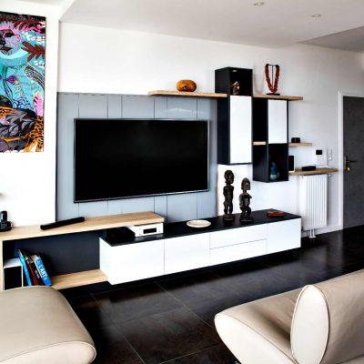 Meuble TV blanc et bois avec lambris gris - vue de côté