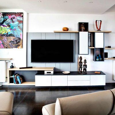 Meuble TV blanc et bois avec lambris gris