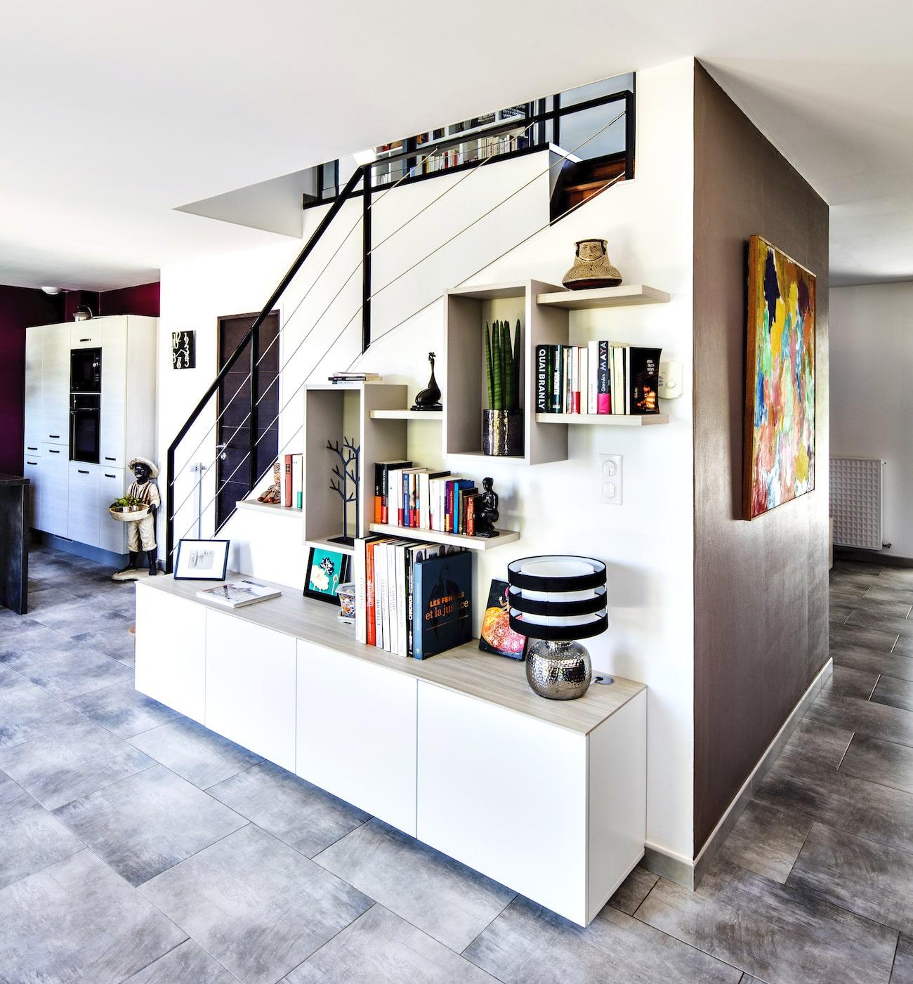 bibliothèque blanche avec niches et étagères