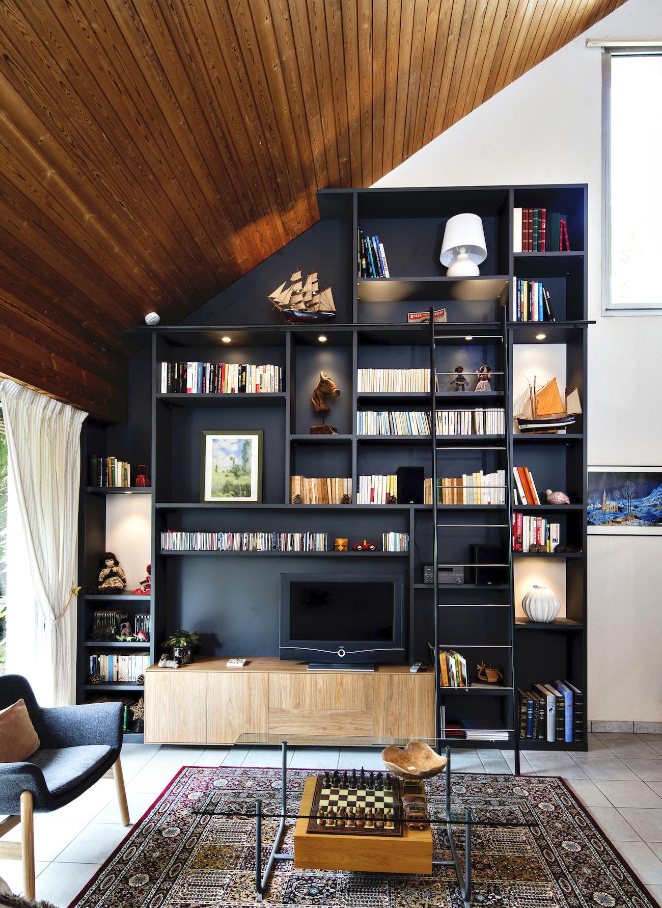 bibliothèque et meuble TV noire et bois en sous-pente vue de face