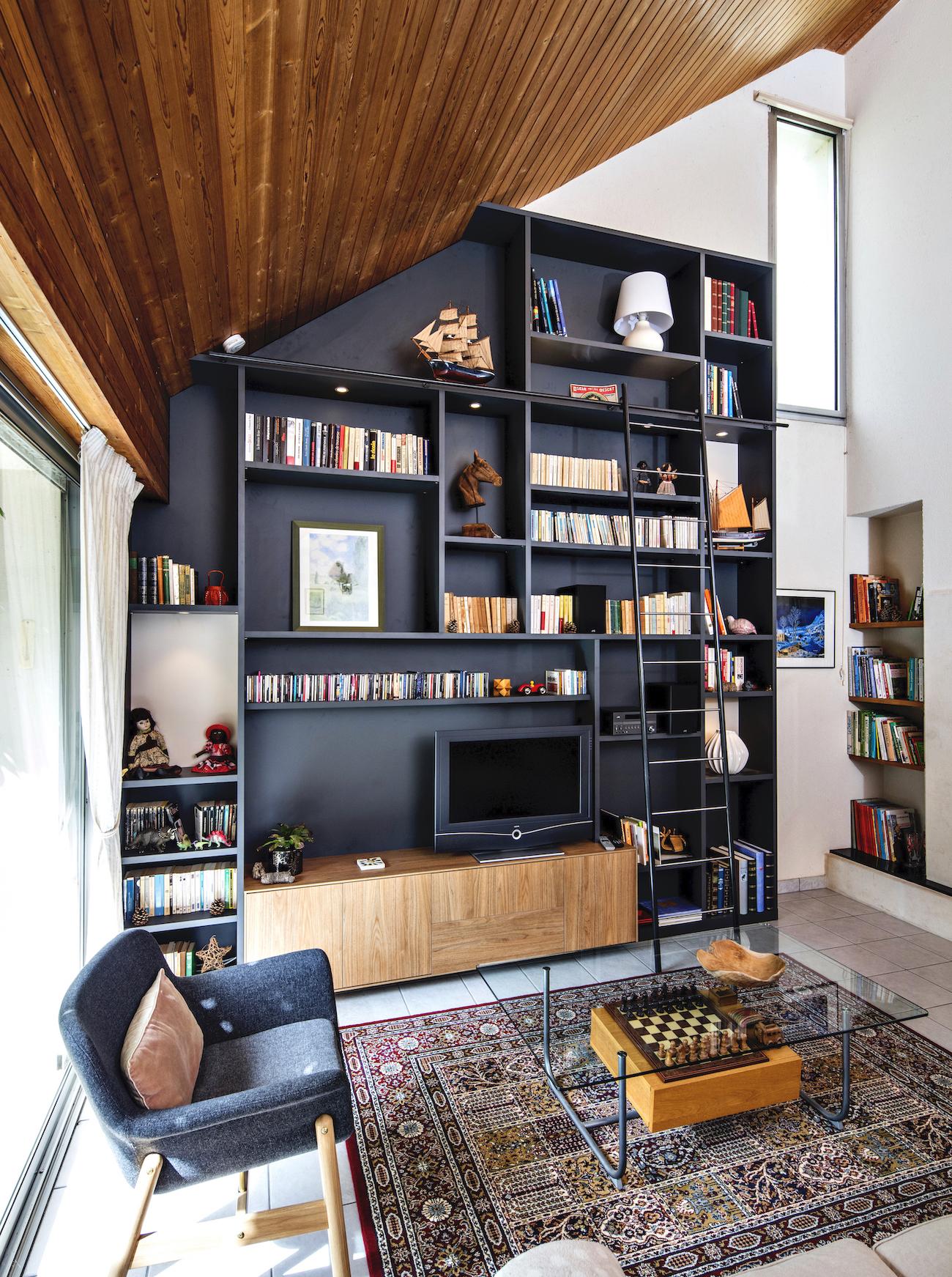 bibliothèque noire et bois avec meuble TV en sous-pente