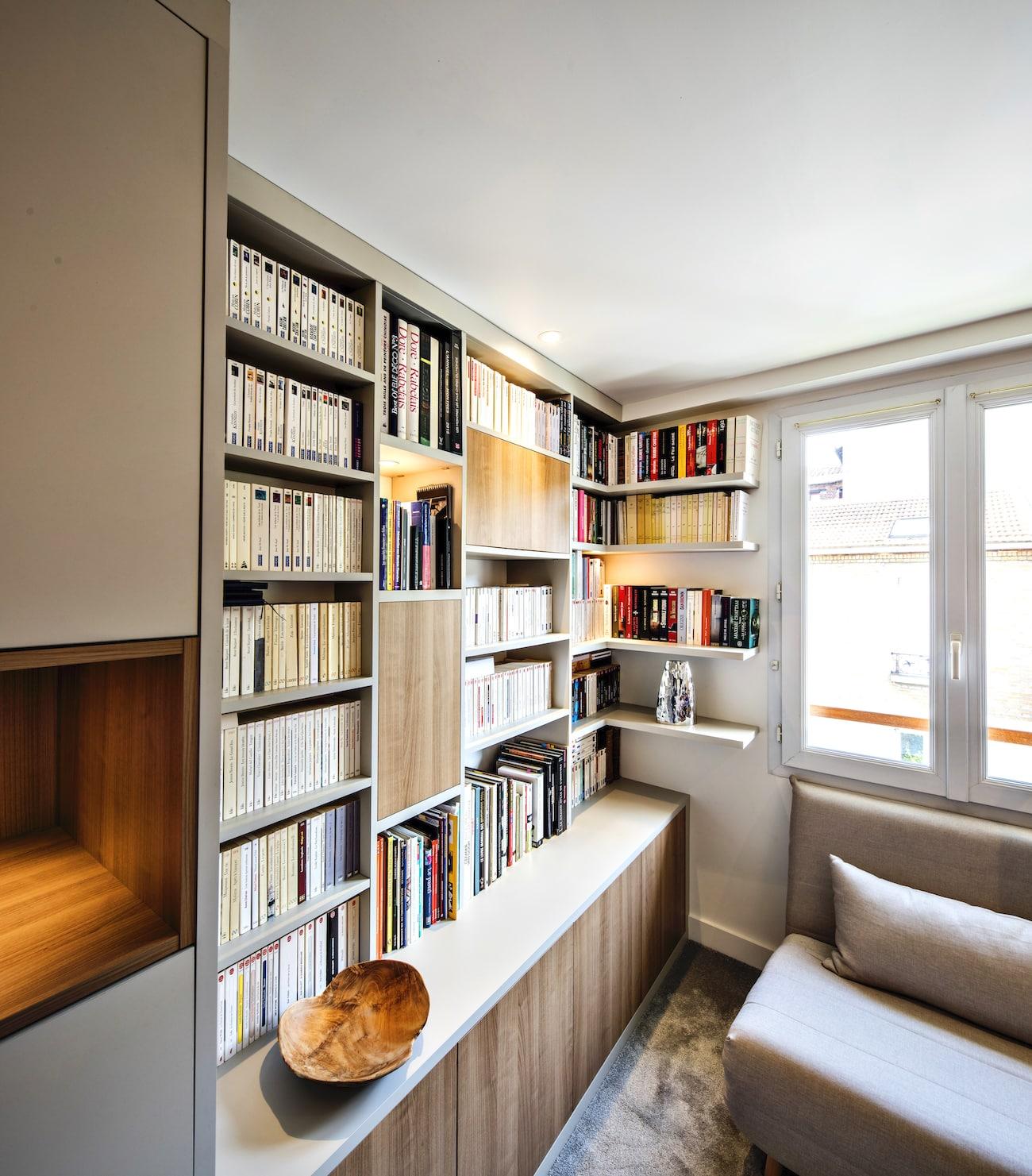 bibliothèque blanche sur-mesure aux niches en bois