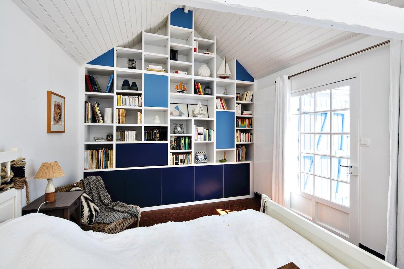 bibliothèque sous-pente blanche et bleue semi-ouverte vue de gauche