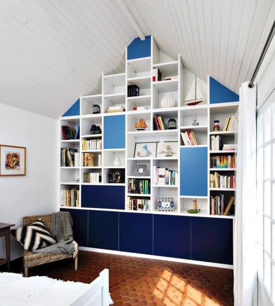 bibliothèque sous-pente blanche et bleue semi-ouverte