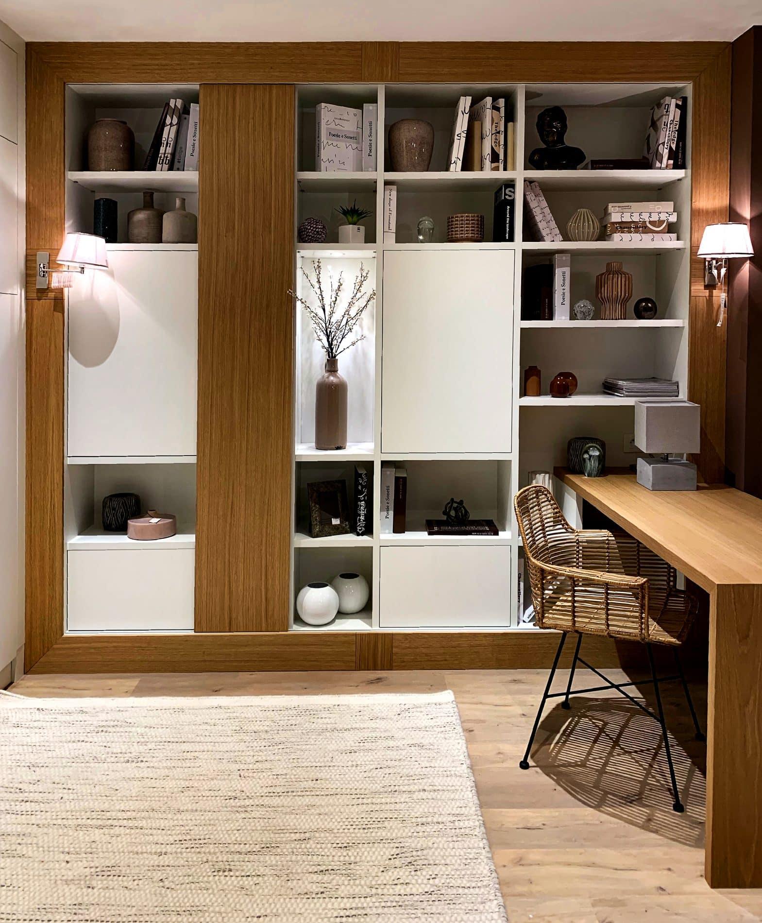 bibliothèque blanche et camel semi-ouverte avec bureau
