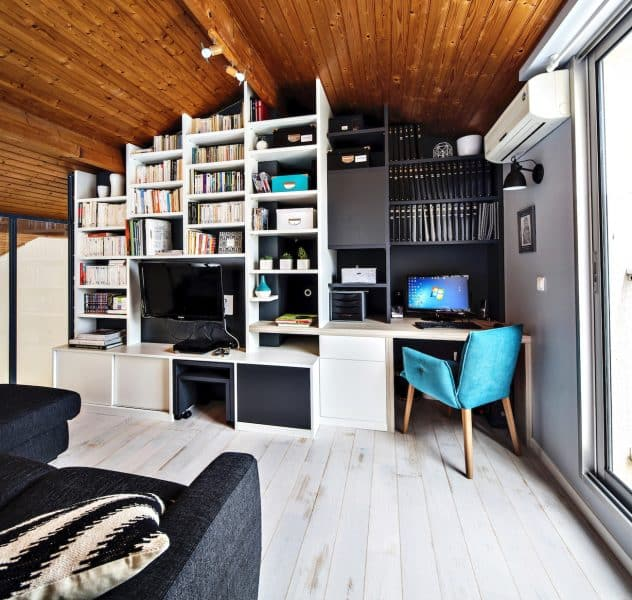 bibliothèque en sous-pente noire et blanche avec meuble TV et bureau intégrés